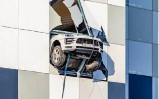 Mobil Mewah Ini Nyaris Terjun Bebas dari Gedung Parkir, Bikin Merinding - JPNN.com