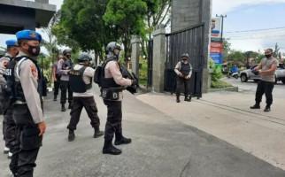 Anggota Brimob Pakai Rompi Antipeluru dan Bersenjata Sontak Siaga di Pintu Masuk Polda - JPNN.com
