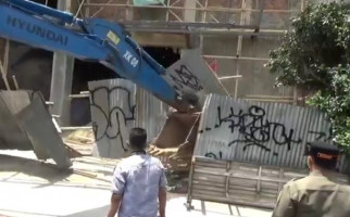 Langgar IMB, Bangunan 4 Lantai di Jaktim Dibongkar Satpol PP - JPNN.com