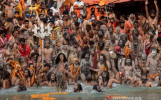 Ratusan Ribu Umat Hindu Serbu Sungai Gangga, COVID-19 Cetak Rekor Baru di India - JPNN.com