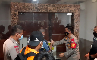 6 Jam Geledah Bekas Markas FPI, Polisi Angkut 4 Kontainer Barang Bukti - JPNN.com