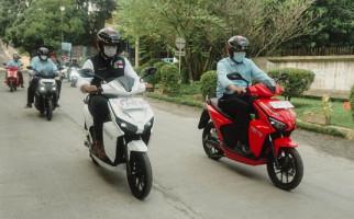 Lihat Nih Gaya Ridwan Kamil Geber Motor Listrik Gesits - JPNN.com