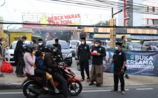 Pagar Nusa Berbagi Takjil Kepada Sopir Angkot dan Pengguna Jalan - JPNN.com