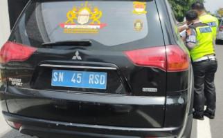 Ditilang Polisi, Rusdi Mengaku Jenderal, SIM dan STNK Miliknya Mengejutkan - JPNN.com