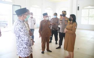 Menjelang Idulfitri, Bupati Karolin Cek Prokes di Masjid - JPNN.com