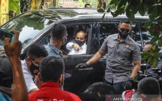 Jokowi Bagi-bagi Sembako di Cideng, Warga: Senang Banget, Alhamdulillah - JPNN.com