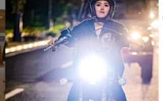 Lihat Nih Gaya Wika Salim Gigit Bibir Saat Tunggangi Moge - JPNN.com