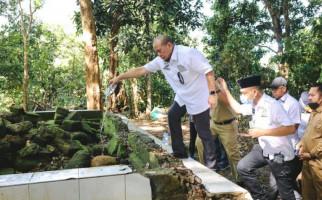 Ziarah ke Makam Lasalaga, Ketua DPD RI Bantu Perbaikan Kompleks Kuburan - JPNN.com