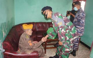 Binpotmar Lanal Tegal Beranjangsana Kepada Pejuang ALRI Berusia 100 Tahun - JPNN.com