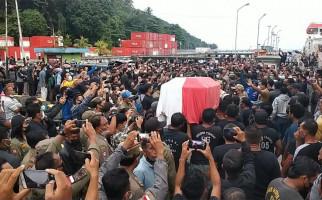 Jenazah Wakil Bupati Sangihe Diturunkan dari Kapal, Lihat Apa yang Terjadi - JPNN.com