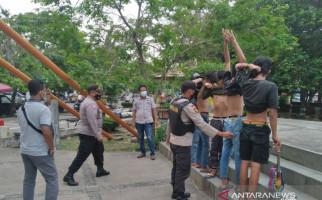Lihat, Para Pemuda Diduga Preman Ini Tak Berkutik saat Digeledah Polisi - JPNN.com