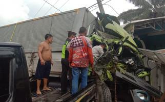 Kecelakaan Maut di Jalintim, Sopir Truk Fuso Tewas Terjepit, Begini Kondisinya - JPNN.com
