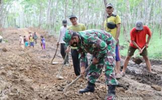 Keren! TNI Bangun Jalan Desa Untuk Mendorong Pertumbuhan Ekonomi - JPNN.com