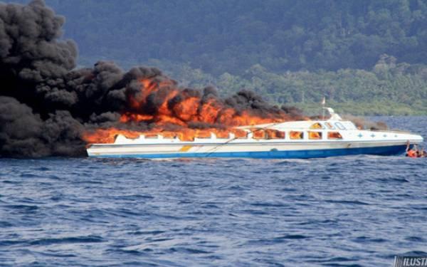 Kapal Roro KM Santika Nusantara Terbakar - JPNN.com