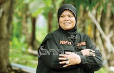 Beginilah Cara Mama Pretty Memakan Hewan Hidup-Hidup - JPNN.com