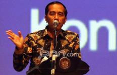 Ha Ha Ha... Pak Jokowi Ikut Melawak di Depan Bu Mega - JPNN.com