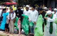 Massa FPI Diguyur Hujan, Pedagang Raup Untung Besar - JPNN.com