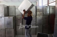Jaga Pengiriman Kotak Suara, Petugas Rela Masuk Sungai - JPNN.com
