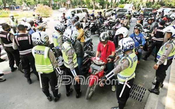 Hindari Operasi Patuh Jaya, Pengendara Berhenti Menunggu Polisi Bubar - JPNN.com