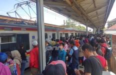 Gangguan Arus Listrik, Ratusan Penumpang KRL Menumpuk - JPNN.com