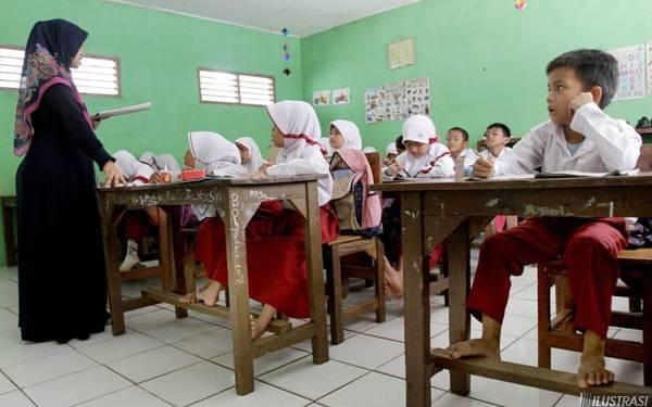 Kurang Tenaga Pendidik, Guru Ini Harus Mengajar 6 Kelas - JPNN.com