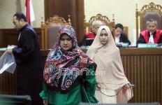 Siti Fadilah Serahkan Cek Rp 500 Juta ke Cici Tegal - JPNN.com