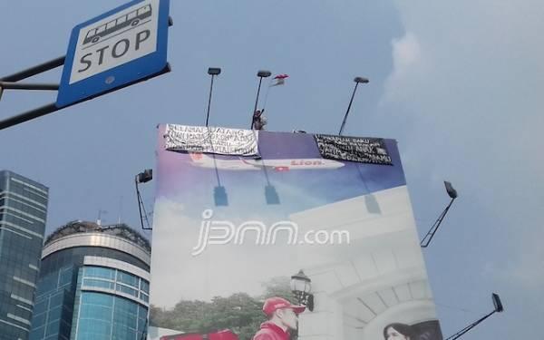 Wow! Pria Misterius Panjat Baliho Minta Pembubaran Parpol - JPNN.com