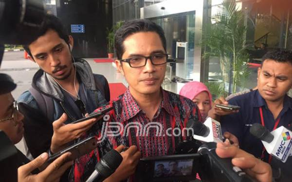 Lima Penyidik KPK Geledah Rumah Adik Kandung Irwandi Yusuf - JPNN.com
