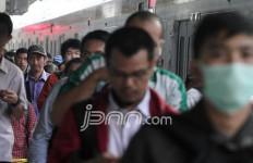 Heboh, ada Penumpang KRL BAB di Gerbong Kereta - JPNN.com