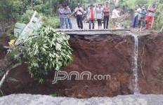 Jalan Amblas, Tujuh Desa Terisolasi 13 Jam, Akses ke Lampung Barat Putus - JPNN.com