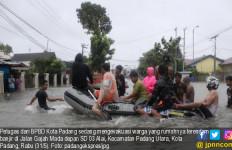 Diguyur Hujan Deras, 14 Wilayah di Padang Terendam Banjir - JPNN.com
