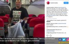 Wow, Alangkah Senangnya Bos AirAsia Pakai Kaus Damn I Love Indonesia - JPNN.com