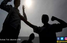 Gara-gara Perempuan, Pemuda Ini Babak Belur Dikeroyok Belasan Orang - JPNN.com