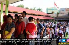 Pendaftaran PPDB, Orang Tua Siswa Sudah Antre Sejak Subuh di Depan Sekolah - JPNN.com