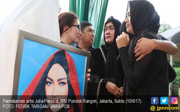 Makam Almarhumah Jupe Kedatangan Puluhan Anak Yatim Piatu - JPNN.com