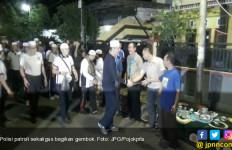 Sebelum Perumahan Ditinggal Mudik, Polisi Bagikan Gembok - JPNN.com