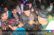 Panglima TNI Salat di Bawah Guyuran Hujan, Takbir! - JPNN.com
