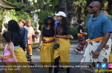 Ketika Dua Putri Obama Pakai Sarung Kuning di Pura Tirta Empul Bali - JPNN.com
