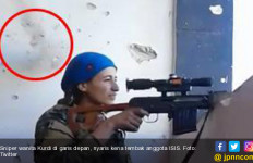 Lihat! Sniper Wanita Tertawa dan Julurkan Lidah saat Kepalanya Nyaris Ditembus Peluru - JPNN.com