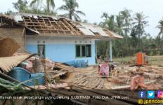 Angin Puting Beliung Hancurkan Rumah Petani - JPNN.com