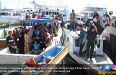 Perahu Rombongan Pengantar Pengantin Karam, Rebutan Papan, Saling Tindih di Laut - JPNN.com