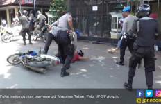 Dua Pemuda Misterius Serang Polres, Tancapkan Pisau, Doorrr!! - JPNN.com