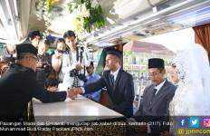 Sungguh Romantis, Pasangan Made-Erna Ucap Ijab Kabul di Bus Keliling Kota - JPNN.com