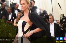 Gara Gara Brad Pitt, Charlize Theron dan Angelina Jolie Musuhan? - JPNN.com