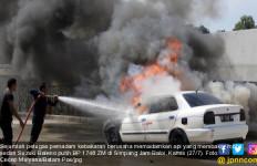 Sedan Baleno Terbakar di Jalan Simpangkabil-Simpangjam, Macet 2 Kilometer - JPNN.com