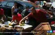 Pisang dan Pepaya Dibanting, Kadis Perdagangan Kota Padang Ngamuk di Pasar - JPNN.com