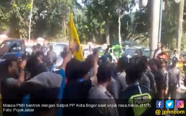 Remas Dada Petugas Satpol PP Saat Demo, Aktivis PMII Dilaporkan ke Polisi - JPNN.com
