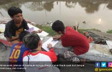 Yuk! Intip Keseruan Anak Jalanan Belajar Membaca dan Menulis di Banjir Kanal Barat - JPNN.com