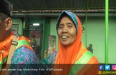 Salut..20 Tahun Nenek Ini Jadi Pemulung Demi Berangkat Haji - JPNN.com