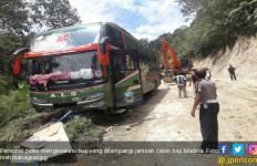 Bus Rombongan Calon Haji Madina Tergelincir, Dua Tewas, Tangis Histeris Pun Pecah - JPNN.com